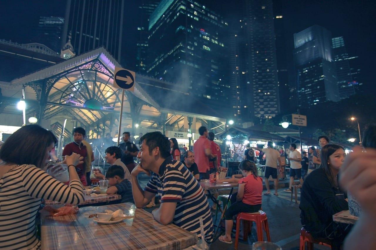 Una multitud feliz comiendo comida