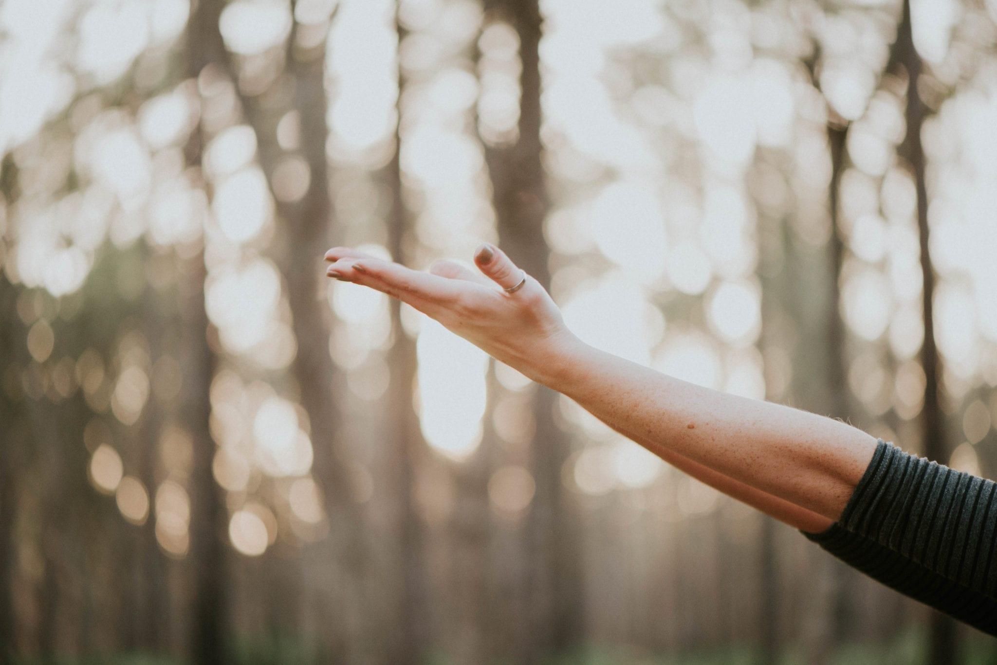 Las manos extendidas pueden simbolizar el bienestar.