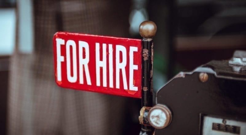 """Un cartel que diga """"Para contratar"""" es una forma de contratar personal para un evento."""