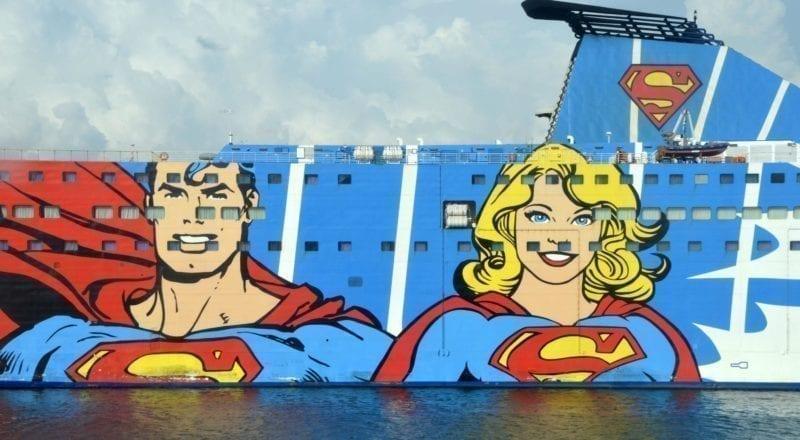 Un anuncio cómico en el costado de un crucero.