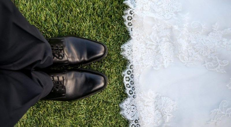 pareja casada de pie sobre el cesped