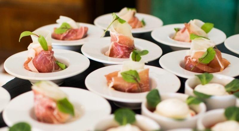 Cómo elegir un servicio de catering para un evento.